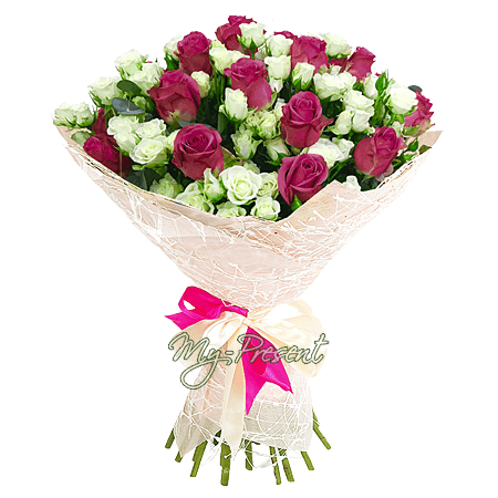 Bouquet of classic roses and spray roses